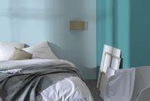 Bleu Aqua / Retrouvez chez vous la même douceur de vivre qu'à Stockholm, avec un mobilier au style épuré et aux lignes simples ; la chaleur du bois clair et le confort des matières naturelles comme le lin, la laine ou le coton ; du blanc, si reposant, égayé par des couleurs pastel, douces et fraîches. Une ambiance confortable et graphique qui invite à la détente !