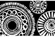 Barbara Becker / Notre intérieur est quelque chose de personnel, une sorte d'oasis dans lequel nous nous ressourçons et où nous projetons nos souvenirs et nos passions. Pour dessiner cette collection, Barbara Becker s'est inspirée de ses voyages, laissant les cultures des contrées lointaines faire une empreinte dans la décoration. Des matières et imprimés aux accents ethniques s'emparent des murs, des fenêtres et des coussins, témoins de l'existence d'un art de vivre différent que l'on aurait ramené chez nous.