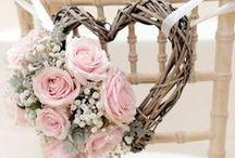 Til bryllup / Endelig skal den store dagen planlegges, og kjærligheten deres skal feires! Men hvor skal man egentlig starte? Her har dere noen ideer til smådetaljer som fort kan bli glemt i forberedelsene, men som kan være med på å sette det personlige preget dere er ute etter.