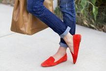 ♥ Loafers / Loafers könnte man auch als große Schwester der Ballerinas bezeichnen, denn das Grundprinzip der bequemen Flats ist das gleiche. Nur haben sie einen kleinen Absatz und oft eine schmalere Spitze, was sie eleganter wirken lässt. Die schönsten Modelle der trendy Loafers zeigen wir Dir hier.