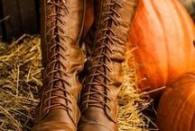 ♥ Herbststiefel / Drei Gründe warum wir den Herbst lieben: Buntes, knisterndes Laub, Pumpkin Spice Latte und natürlich neue Herbststiefel! Lasse Dich jetzt von der Auswahl neuster Schuhtrends für die gemütliche Jahreszeit inspirieren. Ob graue, schwarze oder braune Stiefel, mit Block- oder Keilabsatz, gefüttert oder nicht, hier findest Du die schönsten Herbst-Modelle!