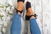 ❤️ New Lace-Ups / Nachdem im vergangenen Frühjahr/Sommer Ballerinas mit zarten Schnüren zum absoluten Must-have avancierten, läuft der Trend jetzt auch bei Espadrilles, Sandaletten und Sandalen wie am Schnürchen. Für den Überblick hat stiefelparadies.de die schönsten Looks und Schuhe für Dich in petto. Anbändeln ausdrücklich erwünscht!