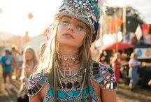 ❤️ Festival-Season / Hip, Hip Hooray! Die Festival-Saison ist im vollen Gange. Von Coachella, Burning Man und Tomorrowland über Parookaville bis Rock am Ring – auch in diesem Sommer wird zu fetten Sounds gedanced bis die Füße weh tun! Doch stiefelparadies.de feiert nicht nur die Musik, sondern auch die Mode: Denn Fashionistas auf der ganzen Welt werfen sich jetzt in Schale und präsentieren traumhaft schöne Festival-Looks.