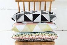 Wohnen mit grafischen Mustern / Ob Streifen, Kreise oder Dreiecke: Gerade schlichte Möbel kannst du mit Accessoires in grafischen Mustern leicht aufpeppen. Hierzu eignen sich am besten Teppiche oder Kissen. Aber auch einzelne Möbelstücke in geometrischem Muster können zum Hingucker werden.