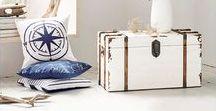 Maritime Inspiration vom Strand / Auch in den eigenen vier Wänden kannst du Seeluft schnuppern. Helle Möbelstücke aus Holz und Elemente im Shabby Stil verleihen deiner Wohnung eine frische Meeresbrise. Mit den richtigen Accessoires in nautischem Blau und Meerestönen, wie Koralle oder Sand, wird der maritime Look perfekt.