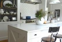 Kitchen / Kitchen style with modern country elements. Dressers, crockery, prints, natural elements. Interior inspiration.