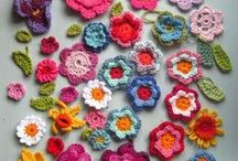 Crochet & Knitting Easy Flower Patterns / Easy Flower Patterns... flowers using yarn or felt for a yarnbombing project...so here's some suggested patterns.  Reminder: Flowers for yarnbomb not to exceed 10cm!!