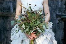 Miljövänliga Brudbuketter / Buketter gjorda av vintage-smycken, papper, tygrester eller vilda blommor. EcoBride tipsar! Använd sådant ni redan har, hör runt med familj, vänner och bekanta, låna eller fynda material second hand. Välj gärna blommor som är i säsong.  [Eco-friendly Wedding Bouquet Ideas.]