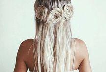S&L | Brautfrisuren / Wir sammeln hier für euch regelmäßig die schönsten Brautfrisuren, damit Ihr genug Inspiration für euren großen Tag habt, Viel Spaß beim stöbern! www.silkandlace.de, Hochzeit, Braut, Frisuren, Trends, Hochsteck, Blumen, Haar, Frisuren, Bridal Hair Style