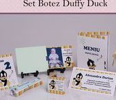Set Botez Duffy Duck / BebeStudio11 - Personalizam invitatii, marturii, plicuri de bani, meniuri, nr de masa pentru botez.