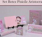 Set Botez Pisicile Aristocrate / BebeStudio11 - Personalizam invitatii, marturii, plicuri de bani, meniuri, nr de masa pentru botez.