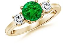 Emerald Engagement Rings / Eye soothing, fresh and extraordinarily beautiful emeralds can be a perfect choice for someone you love! Have a look at some of the best rings that are simply irresistible.