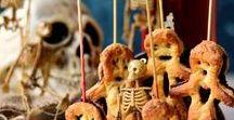 """Veganes Fingerfood für die Halloween Party (süß & herzhaft) / Hier gibt's Süßes UND Saures! :) Ich sammle süße und herzhafte Rezepte für vegane Halloween Partys, die sich vor allem als Fingerfood fürs vegane Buffet eignen.  Desserts im Glas, Cupcakes mit Gruseldeko,  schwarzes Eis und """"spooky"""" Gerichte aus der deftigen Ecke, die das Buffet direkt ein bisschen gruseliger wirken lassen. Außerdem gibt es ein paar saisonale Ideen für die Halloween-Sause, z.B. Pull apart Brote für den Herbst und  Kürbis-Ideen, nicht nur zum Schnitzen. ;)"""