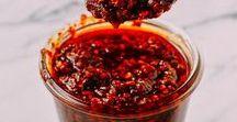 Hot & Spicy: Vegane Rezepte mit Chili-Power / Ich liiiiiiebe scharfes Essen! Geht's dir ähnlich, dann bist Du hier nämlich genau richtig! Hier pinne ich vegane Rezepte, die mit Chili, Ingwer oder unterschiedlichen Pfeffersorten spielen. Von sehr scharf bis pikant ist alles dabei. Besonders spannend finde ich die unterschiedlichen Rezepte für Chilisaucen, DIY Sriracha, Chimichurri, Sweet Chili Sauce  & Chiliöl, die als Basics schnell gemacht und beim Zubereiten der scharfen Rezepte besonders hilfreich sind.