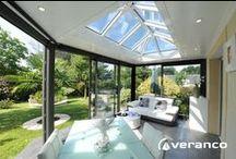 """Véranda toit plat """"vérandôme"""" / Le Verandôme est une véranda à toiture plate équipée d'un dôme central. Ce modèle de véranda au style contemporain offre de grands volumes, une belle hauteur sous plafond et une entrée de lumière optimale . Le Vérandôme est le prolongement naturel de votre maison qui vous offre une meilleure qualité de vie et une faible consommation d'énergie."""