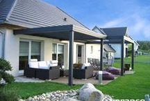 """Pergola à toiture plate """"JADE"""" / JADE de VERANCO est une pergola à TOITURE PLATE. Particulièrement adaptable à toutes les exigences architecturales. Sur la terrasse, adossée à la maison, elle vous offre un espace de vie convivial pour profiter pleinement de votre environnement."""