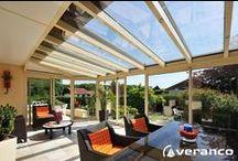 Veranda Emeraude / La véranda Emeraude est composée d'une toiture rectangulaire et d'une toiture à facettes dans les 2 angles coupés. La véranda Emeraude offre une variante esthétique agréable. Sa toiture 'à facettes' contribue à l'originalité de son design. Le chéneau est périmétral et les pentes varient souvent de 10 à 20%. Cette forme adoucie s'intègre harmonieusement à de nombreuses façades. Son architecture et sa construction permettent de réaliser de grandes dimensions de véranda.