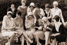 Moda Anni 20 / Dopo i timori della prima guerra mondiale, la società vive un periodo di ripresa e di ottimismo. Con l'inizio degli anni 20 anche nel campo dell'abbigliamento ci sono importanti innovazioni stilistiche. La moda è influenzata dall'arte e dall'architettura, ora gli abiti ora sono semplici e si distinguono per le geometrie e il razionalismo.