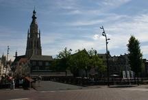 Breda / Breda, met een eerste officiële vermelding in 1125, mag zich sinds 1252 een echte stad noemen. In 2009 is Breda nog uitgeroepen tot beste binnenstad van Nederland. Met een authentiek centrum, de in oude glorie herstelde nieuwe haven en een bosrijke omgeving is de stad het bezoeken zeker waard.  Breda heeft veel bekende winkelstraten. Het centrum is compact, het aanbod van winkels groot. Één van de bekendste straten is de Ginnekenstraat.