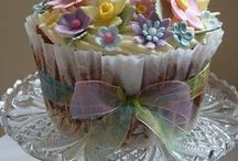 CUPCAKES AND CAKE POPS / by Mony Salvanes