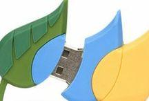 Logos convertidos en USB / Si tienes una empresa y quieres destacar de tu competencia de una forma original, ¿Has pensado hacer un pendrive con la forma de tu logotipo o tu producto estrella? Grandes marcas han confiado en nosotros para elaborar sus pendrives personalizados.