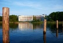 """Iberotel Fleesensee - Ihr Hotel an der Seenplatte / Das moderne Iberotel Fleesensee, mit atemberaubendem Blick auf den See, befindet sich inmitten der Mecklenburgischen Seenplatte, im """"Land Fleesensee"""". Hier, nur eine Stunde Autofahrt von der Ostsee entfernt, heißen wir Sie herzlich willkommen zu einem aktiven Wohlfühlurlaub. Es erwarten Sie neben hochwertiger Gastronomie, ein Wellnessbereich, der zu Ruhe & Entspannung einlädt, vielseitige Vorzüge für Golfer und zahlreiche naheliegende Ausflugsmöglichkeiten wie z.B. der Müritz Nationalpark."""