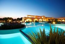 Iberotel Apulia - Ihr Hotel in Italien / Nur durch einen naturgeschützten Pinienwald getrennt, liegt das Iberotel Apulia direkt am türkisblauen Ionischen Meer und bietet mit seinem feinsandigen, flach abfallenden Strand die perfekte Kulisse für einen Urlaub in Italien. Das Iberotel Apulia  fügt sich harmonisch  in die apulische Landschaft ein und ist neben dem Hauptgebäude in 10 Höfe, den so genannten Corte, angelegt. Bei der Architektur wurde viel Wert auf landestypische, natürliche Materialen wie z. B. den goldgelben Tuffo gelegt.
