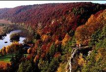 Goldener Herbst / Bunte Wälder, Nebelfelder ... Bayern im Herbst ist einfach einzigartig. Ob beim Wandern in den Alpen, spazieren durch den rot-gerfärbten Wald oder bei einem der zahlreichen Feste in Bayerns Städten auch zu dieser Jahreszeit bietet der Freitstaat viel zu erleben.