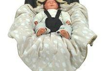 Einschlagdecken von HOBEA / Babyschalendecken sind ein wichtiger Punkt auf der Liste der Baby Erstausstattung. In drei einfachen Schritten sind die Kleinen warm eingepackt und können nicht überhitzen :) Die Einschlagdecken sind in verschiedenen Farben und Mustern erhältlich!