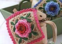 Granny Square Crochet Pattern / Dicas de crochê do site www.floresdecroche.com.br e www.bolsadecroche.net Visite-nos Curta no FB: @clubedecrocheoficial Participa: @crocheteirasdobem