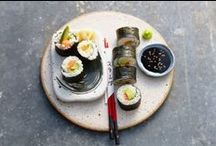 Japans koken / Het geheim van de Japanse keuken? Eenvoud. Pure smaken en verse ingrediënten. Denk aan kip teritayki, sushi en tempura met groenten. Ook heel belangrijk: de presentatie. In Japan verlaat elk gerecht als kunstwerkje de keuken. Er wordt dan ook wel gezegd dat Chinezen eten met hun mond en Japanners met hun ogen.