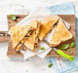 Tostirecepten / Tosti, grilled cheese, croque monsieurs en madame's… Van tosti's kunnen we geen genoeg krijgen. Je kan er dan ook alle kanten mee uit.  Met of zonder kaas, met bruin of wit brood… Of doe eens een foccacia of Turks brood. Bak ze in een tosti-ijzer, in de pan op de plaat of op de grill.
