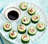 Recepten met komkommer / Deze lange groene vriend is vooral bekend als rauwkost: in een salade, om mee te dippen of gewoon uit het handje te eten. Maar de komkommer kan zoveel meer! Lekker wokken in een roerbakgerecht bijvoorbeeld, of als vulling voor een wrap of sushisrol. Dus kom uit je komkommer-comfortzone en probeer eens wat nieuws.