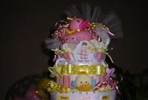 Diaper Cake DIY Ideas / Collection of the cutest themed Diaper Cake DIY ideas. There are even some Diaper Bouquets and other fun ideas to make out of baby diapers for a Baby Shower they'll love.