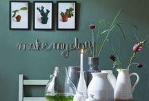 Wonen met #vtwonencollectie / Wonen met moois uit de #vtwonencollectie. De muur in onze woonkamer is lichtblauw en daar ben ik zo blij mee! Werkelijk alles past daar bij. De laatste tijd ben ik erg op groen: mintgroen, cactussen, industrieel groen. Ik hou niet van een kant en klaar in één keer gekocht interieur, maar spaar alles bij elkaar: oude kastjes combineren met tijdelijke trends. En een vleug stoer én rock 'n roll.