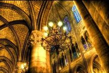 Reims / Reims, ville d'art et d'histoire s'ouvre à vous avec ses incontournables sites : la cathédrale Notre-Dame et le Palais du Tau, musée de l'œuvre de la cathédrale, la Basilique et le Musée Abbaye Saint-Remi. Flânez au fil des rues, de nombreux sites, monuments et musées témoignent de l'histoire de Reims, de l'époque gallo-romaine en passant par le style Art déco. Savourez le monde du champagne et sa gastronomie. 250 kilomètres de caves et des crayères gallo-romaines s'ouvrent à vous.
