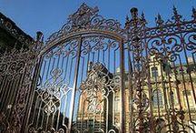 Epernay / Située a coeur de vignoble, autrefois la région n'était qu'un vaste marécage empli de ronce... Depuis sa fondation, la ville fut détruite à maintes reprises, pillée et brûlée plus de 25 fois. Elle fut gravement endommagée pendant la guerre de 1914 - 1918, et de nouveau bombardée en 1940. Ainsi, Epernay ne conserve que peu de vestiges de son passé : seul le portail Saint-Martin et le portail de la Maison Louise de Savoie qui datent du XVIe siècle, et surtout de très beaux hôtels particuliers.
