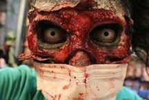 Horror-Shop • Zombies / Zombies gehören zu Halloween wie das Amen zur Kirche. Hier findest Du eine coole Sammlung an Zombie Masken, Zombie Make Up und Zombie Outfits. #Zombies