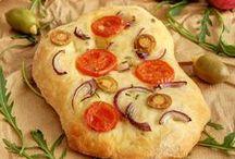 Focaccia / Focaccia je vrlo omiljena na svakom stolu. Tijesto je mekano, često hrskavo samo pri vrhu, gdje se prije pečenja prstima naprave polukružne rupice. Osnovni genovanski recept za focacciu  predviđa da se začini maslinovim uljem, solju i ružmarinom.  / by Coolinarika Podravka