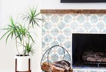Home Decor / Beautiful rooms in inspiring homes. Modern, open spaces, high ceilings, wood beams, fireplaces, staircases, shelving units, plants, minimalist decor. Summer houses, ranch homes, living rooms, bedrooms, kitchens, outdoor spaces. Lanterns, pillows, light fixtures, pillows, sofas.
