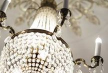 Lumière / Chandeliers and light fixtures that add a touch of vintage elegance and glamour.