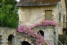 Romantic Cottage / Soft, feminine ruffles and overgrown flowers
