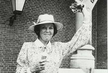 Koningin Beatrix 1980 : bezoek aan Zeeland na haar inhuldiging / Op 30 april 1980 werd Beatrix ingehuldigd als Koningin der Nederlanden. Op 18 juni van dat jaar bracht ze in haar nieuwe functie als koningin haar eerste officiële bezoek aan Zeeland. HERKENT U PERSONEN OP DE FOTO'S VAN HET BEZOEK? NOTEER ZE IN HET REACTIEVELD VAN DE FOTO! * Zeeuws Archief | 1980 | troonswisseling | inhuldiging | Koningin Beatrix | bezoek | Provincie Zeeland | Royal Inauguration | Queen of the Netherlands