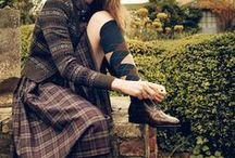 CONLEYS ♥ Brit Chic / Ob casual, elegant oder ganz klassisch: Der Brit Chic ist ein Look der perfekt in den Herbst passt. Wir zeigen Ihnen die coolsten Outfits zum Trend. Klassische Items wie derbe Boots finden neue Partner in zarten Chiffonkleidern, wattierte Jacken oder Blazer werden zu schmalen Hosen kombiniert. Wir verraten Ihnen hier, wie Sie den Look perfekt stylen können!