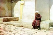 Samarcanda amb els ulls de Prokudin-Gorski / Entre 1909-1912, i de nou al 1915, Prokudin-Gorski, el pare de la fotografia en color, va viatjar en un vagó de tren fotografiant onze regions de l'antic Rússia dels tsars... i va arribar a Samarcanda... post: http://ambdestinacioasamarcanda.blogspot.com.es/2012/10/prokudin-gorsky-els-primers-colors-de.html video: http://www.youtube.com/watch?v=fN0D20CA9_Q