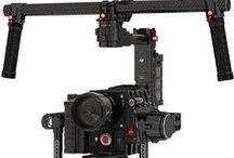 DJI Ronin / Kiralık DJI Ronin, Kiralık Kamera Gimbal DJI markası tarafından geliştirilen DJI Ronin 3-Axis Stabilizer, üç eksenli dengeleme sistemi kameranın hareketli kullanıdığı sahnelerin yanı sıra özellikle takip sahnelerinde kullanılmaktadır.  DJI Ronin, elektronik dengemele sistemi ile kameranın ağırlık dengesini otomatik olarak hesaplamakta ve elektronik olarak denge sağlamaktadır.