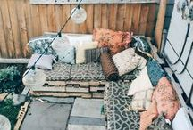 Outdoor decor / Pouvoir à la fois aménager un espace confortable et magique à l'extérieur, pour un moment de détente et/ou de partage, quelle que soit la température. De préférence avec quelques lumières, pour créer du mystère, créer un équilibre entre l'ombre et la lumière. / by Bohème Circus