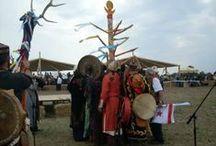 """Tengri Hit / A tengrizmus a magyar - hun - türk - bolgár - mongol (stb.) sztyeppei népek vallása, egyidőben létezett a sámánizmussal, azzal sok részletében összefonódva, nehezen szétválaszthatóan. A tengrista világképben az emberi élet legfontosabb feladata harmóniában élni a környezettel. A tengri hívő szerint a létezését """"a végtelen kék égnek"""", Tengri-nek (Isten), a termékeny föld anyának, (Boldogasszony) köszönheti."""