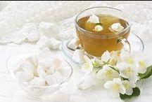 Thé Blanc / Une fragrance raffinée de thé blanc, fleurie et cristalline composée de notes vertes, douces légèrement suaves.