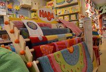 Baboffel, speelgoed en kinderwinkel / Baboffel is een winkel en webwinkel met mooi, duurzaam en verantwoord speelgoed. In een overzichtelijke ruimte met deskundig advies kun je voor bijna ieder kind wel een leuk cadeau vinden. Met minder, meer ontwikkelen.